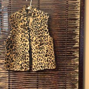 Faux leopard vest  nwot zips up size medium